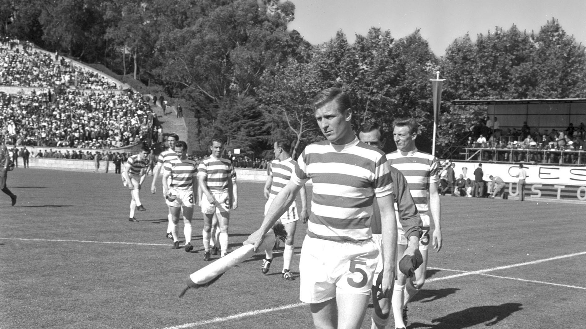 Iribar leads an expedition to Glasgow to hand the prize to Billy McNeill's family