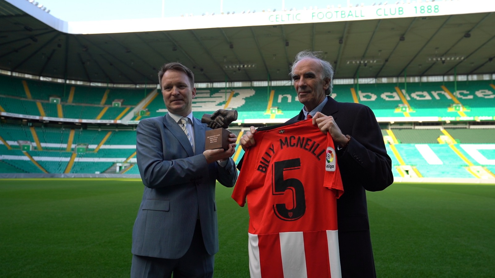 Emotiva entrega en Glasgow del One Club Man a Billy McNeill