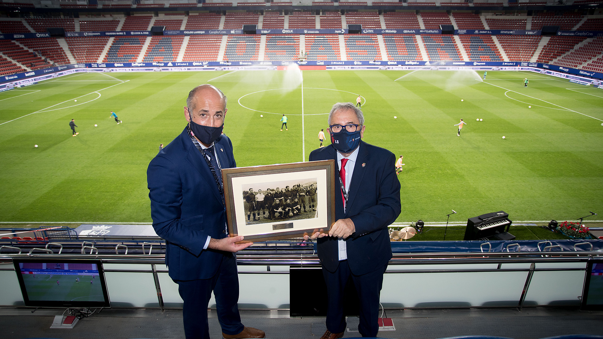 Athletic present Osasuna with a historic photograph